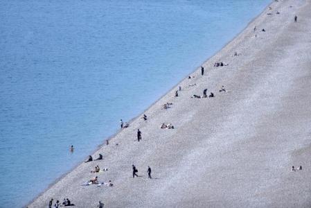 Antalya'daki turistler, denizin tadını çıkarıyor