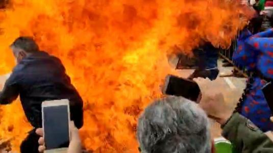 Van'da 'Apo' sloganı atarak yakılan Nevruz ateşinde 2 kişi yaralandı